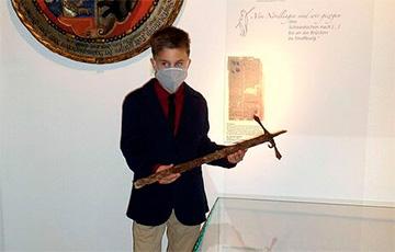 В Германии 12-летний мальчик нашел в лесу меч XVI века