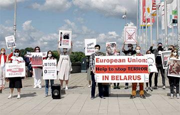 На акции белорусов Гамбурга появился плакат, который Полина Шарендо-Панасюк показала в суде