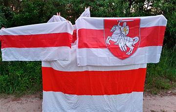 Жители Кобрина продолжают выходить с национальными флагами
