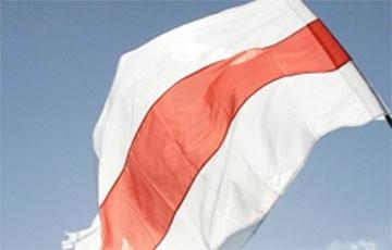 Белорусы подняли бело-красно-белый флаг над зданием Министерства труда