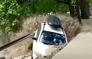Ялта ушла под воду - потоки воды смывают машины: видео