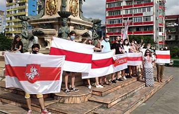 Белорусы Батуми провели яркие акции солидарности