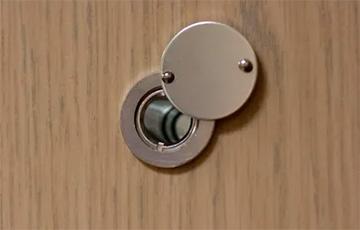 Лукашенковские каратели выкрутили глазок в квартиру, где живет семья, и пустили газ