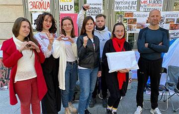 Беларусы Варшавы, якія галадалі на знак пратэсту пад будынкам Еўракамісіі, атрымалі адказ на петыцыю