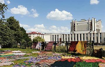 В Гродно в жару из музея на улицу вынесли экспонаты