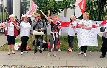 Белорусы Варшавы провели пикет возле посольства РФ0