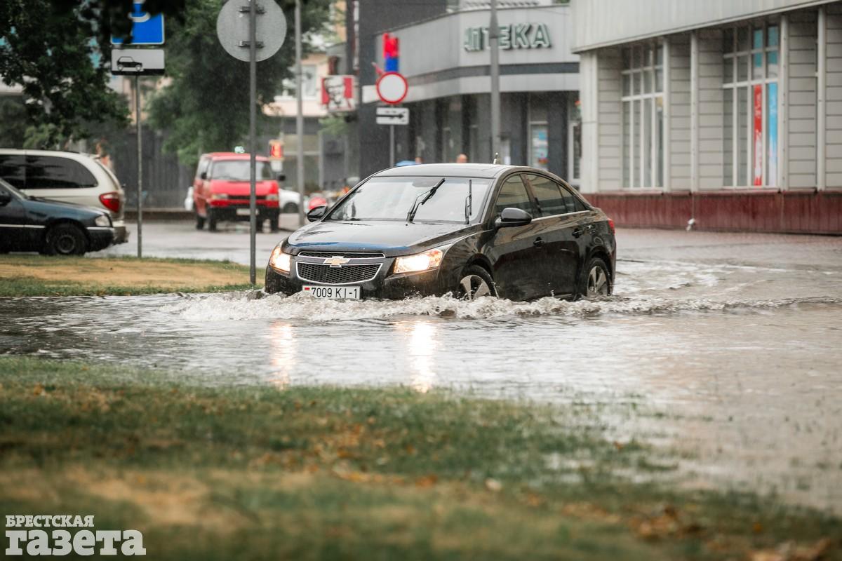 В центре Бреста после ливня улицы превратились в реки: фото1