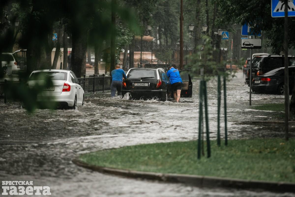 В центре Бреста после ливня улицы превратились в реки: фото2