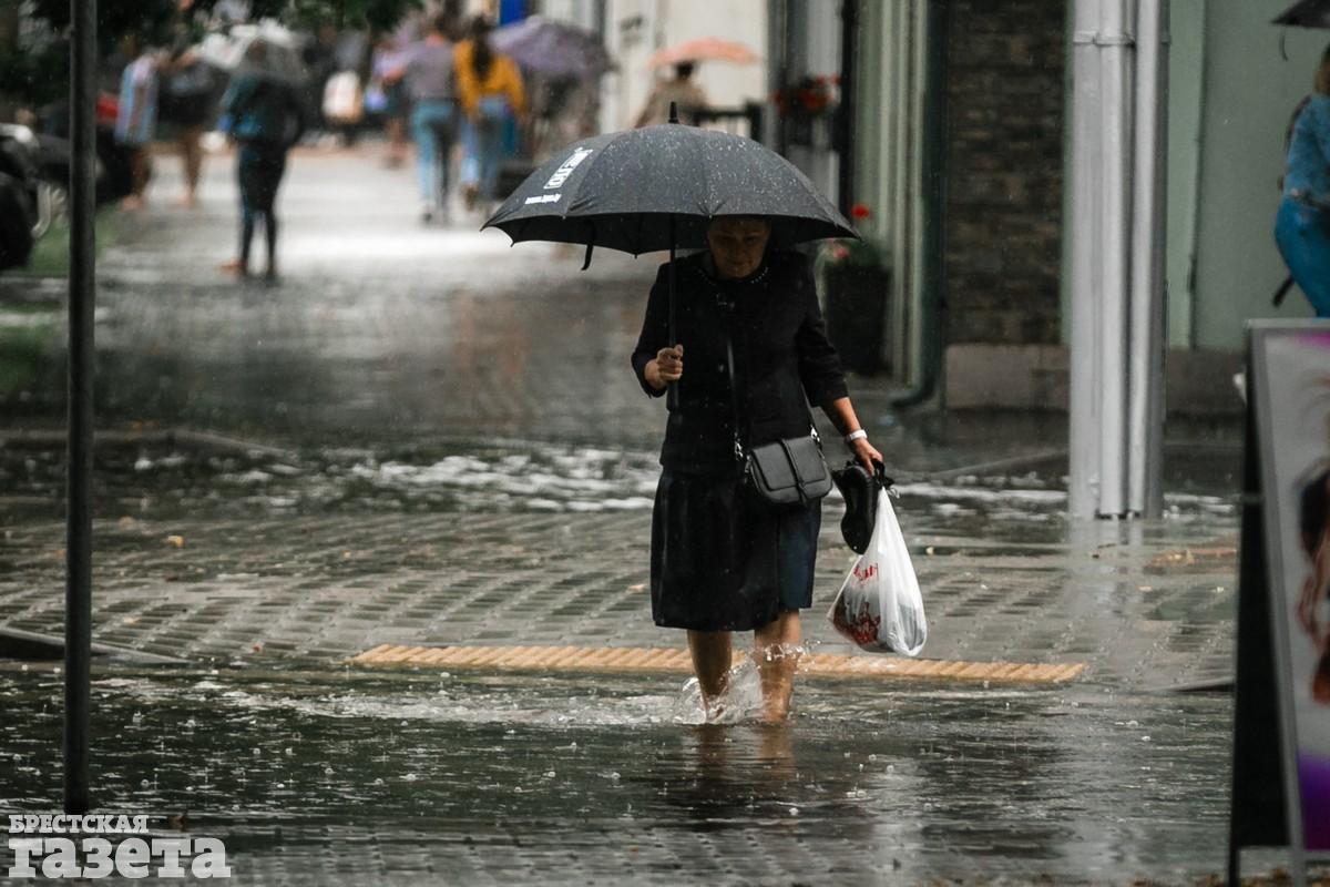 В центре Бреста после ливня улицы превратились в реки: фото3
