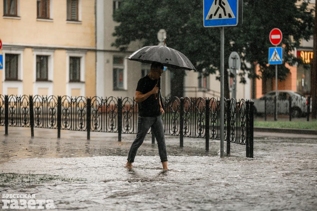 В центре Бреста после ливня улицы превратились в реки: фото4