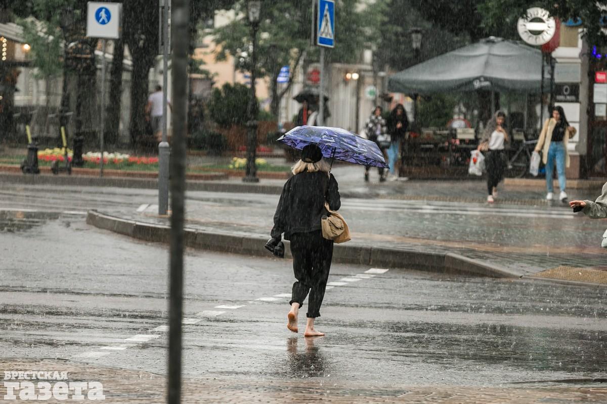 В центре Бреста после ливня улицы превратились в реки: фото5