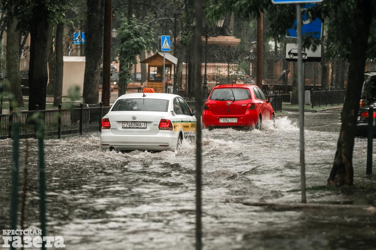 В центре Бреста после ливня улицы превратились в реки: фото6