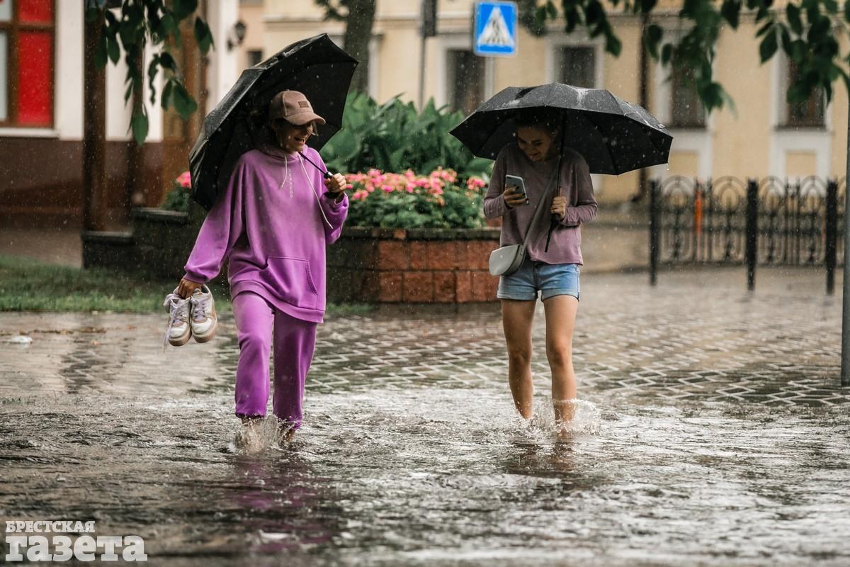 В центре Бреста после ливня улицы превратились в реки: фото7