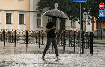 В центре Бреста после ливня улицы превратились в реки: фото0