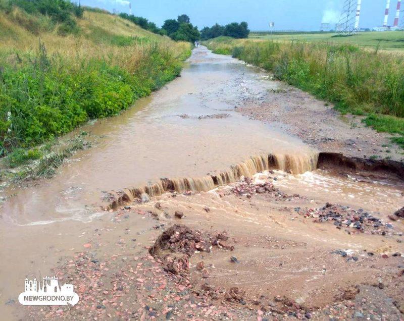 Возле нового автомобильного моста в Гродно провалился участок дороги3