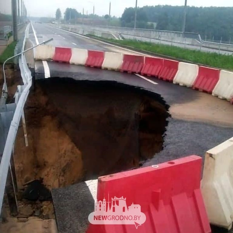 Возле нового автомобильного моста в Гродно провалился участок дороги6