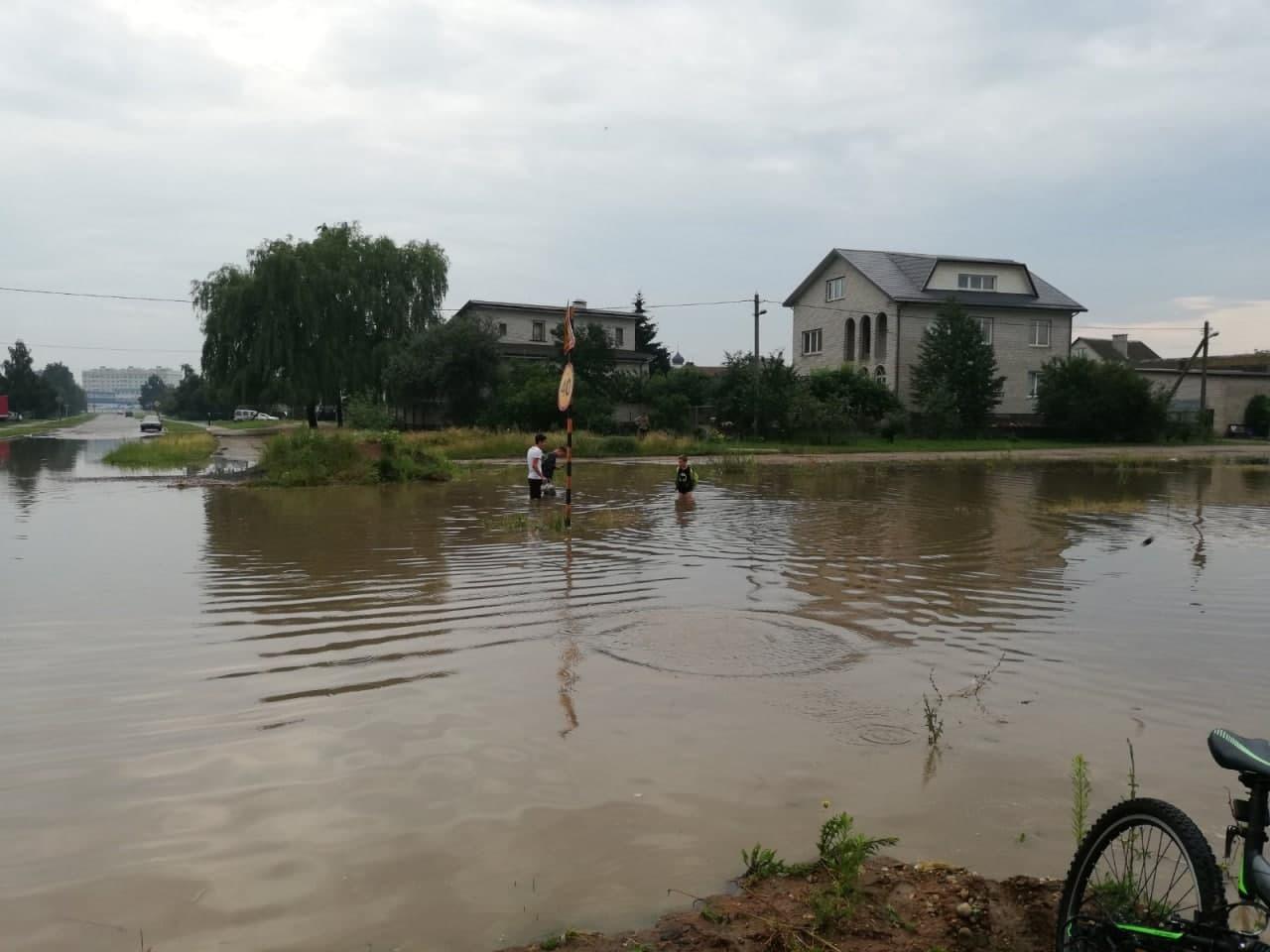 Ливень превратил улицы Барановичей в реки, а перекрестки — в озера2