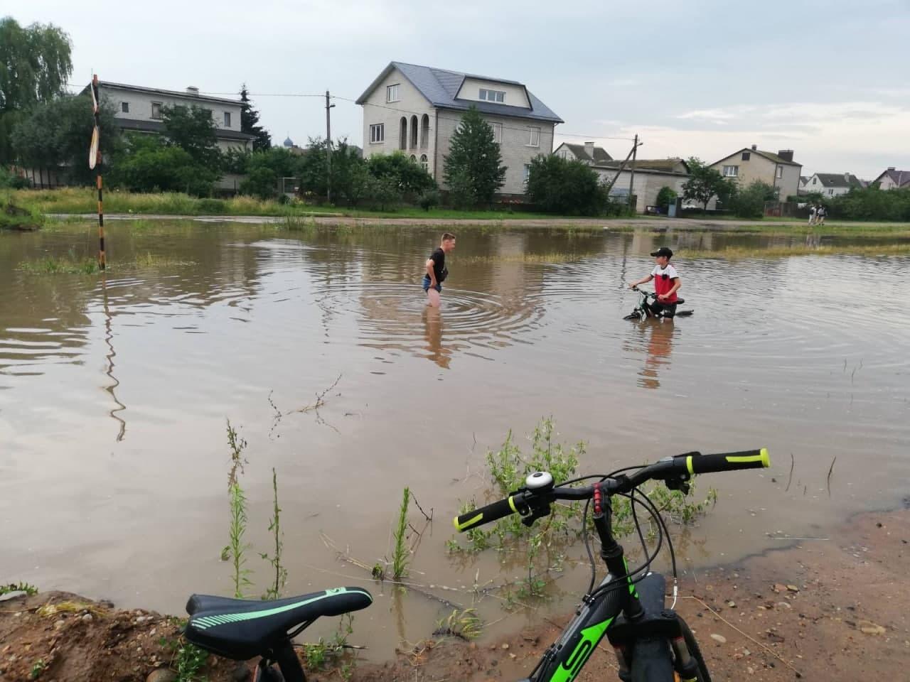 Ливень превратил улицы Барановичей в реки, а перекрестки — в озера1