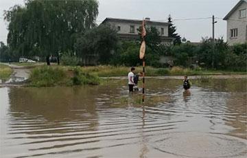 Ливень превратил улицы Барановичей в реки, а перекрестки — в озера0
