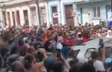 Протестующие кубинцы перевернули автомобиль первого секретаря Коммунистической партии