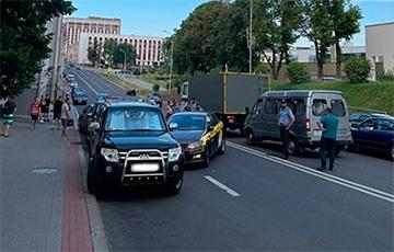 Минская таксистка врезалась в автозак возле «Динамо»