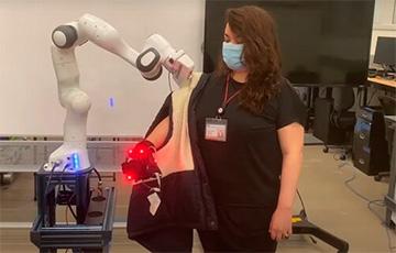 В США создали робота, который помогает человеку одеться