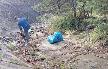 Белорус по собственной инициативе убрал мусор в польском лесу и стал звездой Сети