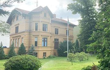 В каких зданиях от протестующих белорусов зарубежья прячутся лукашенковские дипломаты