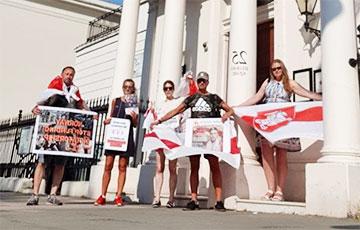 Белорусы Лондона вышли на акцию солидарности к посольству Норвегии