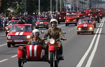 Пажарнікі з бел-чырвона-белымі сцягамі правялі парад у Менску