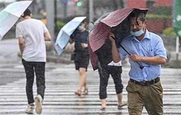 Магутны тайфун «Іньфа» абрынуўся на Шанхай: відэа