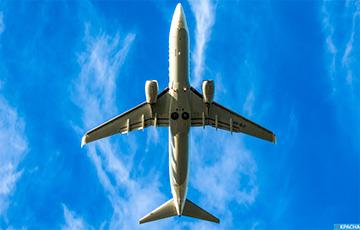 В Индии гражданский самолет застрял под дорожным мостом