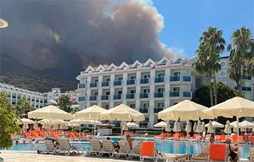Как белорусы отдыхают в Турции, где бушуют лесные пожары