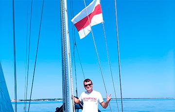 Бело-красно-белый флаг подняли в открытом море в Италии