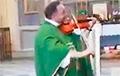 Ксёндз грае паланез Агінскага ў Нясвіжскім касцёле
