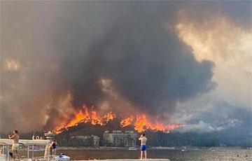 Спутниковые снимки масштабных лесных пожаров на курортах в Турции