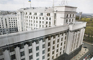 В Киеве мужчина с гранатой угрожает подорвать здание правительства Украины