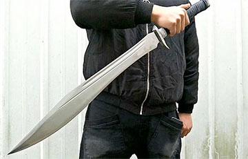 Житель Речицы напал на соседей с двуручным мечом