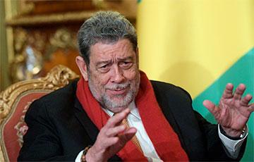 Премьер-министра карибского государства ранили в голову на митинге против вакцинации