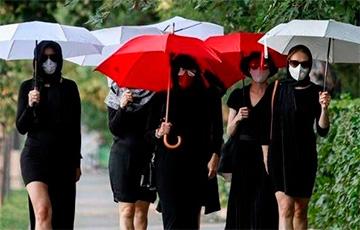 Белоруски с белыми и красными зонтами прогулялись по Минску
