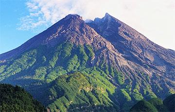 В Индонезии начал извергаться мощный вулкан Мерапи