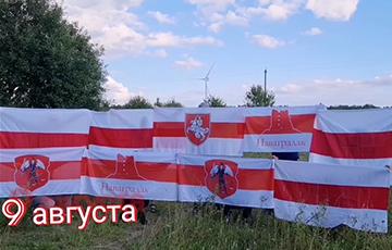 «Верым! Можам! Пераможам!»: Новогрудок поздравил белорусов с годовщиной