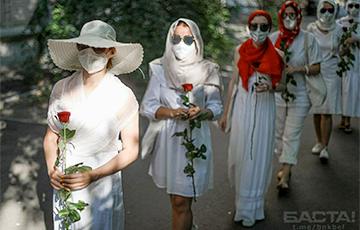 Минчанки в белом вышли на улицы в годовщину знаменитой акции