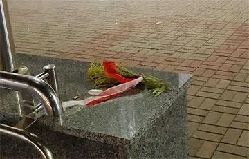 Минские партизанки оставляют цветы и бело-красно-белые ленты по всему городу