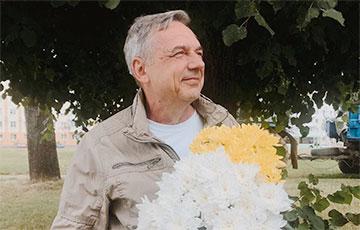 Отец Марии Колесниковой пришел с цветами к зданию суда