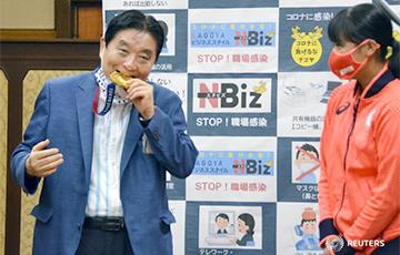 Японской чемпионке Олимпиады заменят золотую медаль, которую покусал мэр