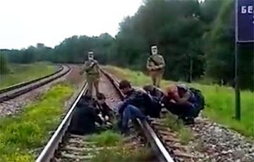 Видеофакт: Белорусские военные с оружием в руках гонят мигрантов к границе с Латвией
