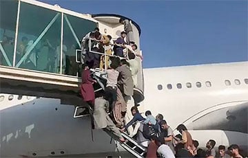 В аэропорту Кабула люди отчаянно штурмуют самолеты