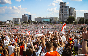 Бело-красно-белое море: вспоминаем самую большую демонстрацию в истории Беларуси