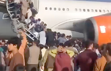 СМИ: В Афганистане люди упали из самолета на лету